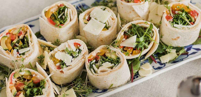 Bunte Gemüseröllchen mit Hummus