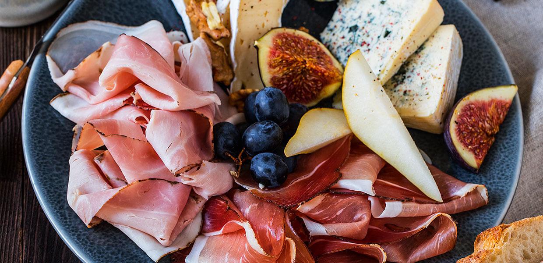 Kalte Platte mit Käse, Nüssen und Speck