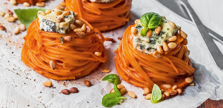 Gebackene Pastanester mit Blauschimmelkäse und Pinienkernen