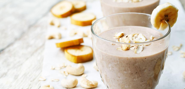 Warmer Schoko-Cashew-Smoothie mit geröstetem Kokos