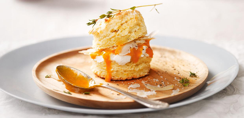 Schnelles Frühstücksbrot mit Safran-Marillenmarmelade und Käse