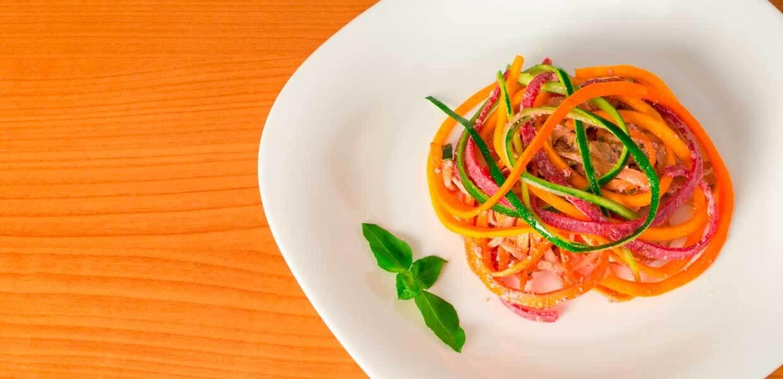 Karottenspiralen mit Wurst, Koriandergrün und Joghurtdressing