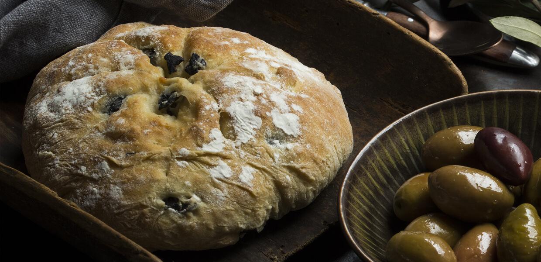 Gefülltes Brot mit Kräutern und Oliven