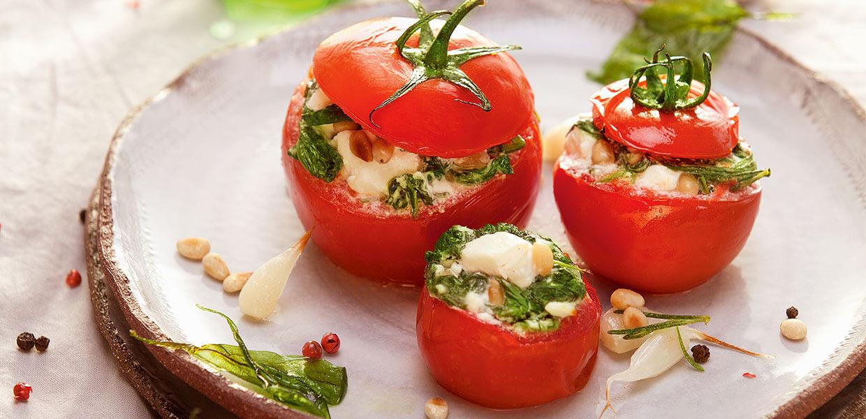 Gefüllte Tomaten mit Blattspinat und Feta