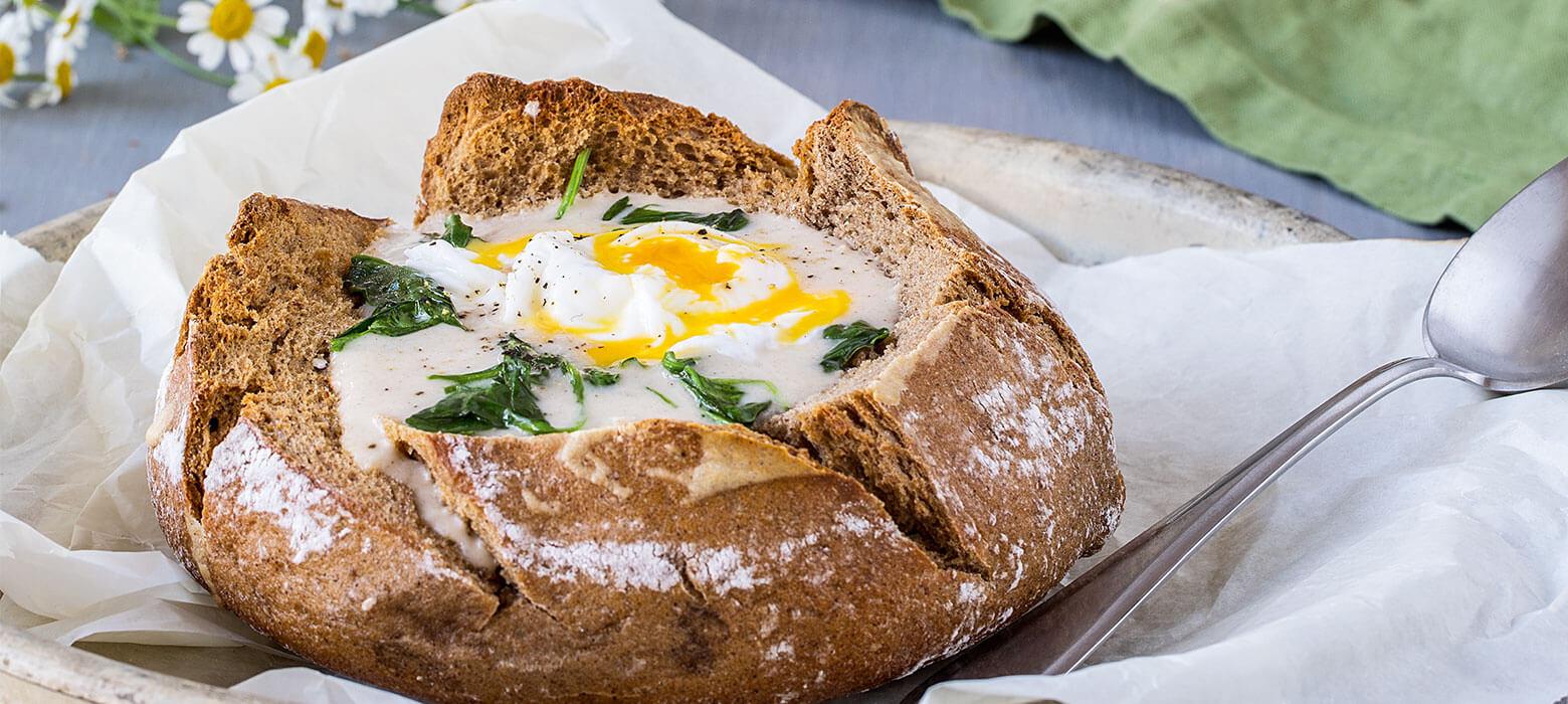Brotsuppe mit pochiertem Ei