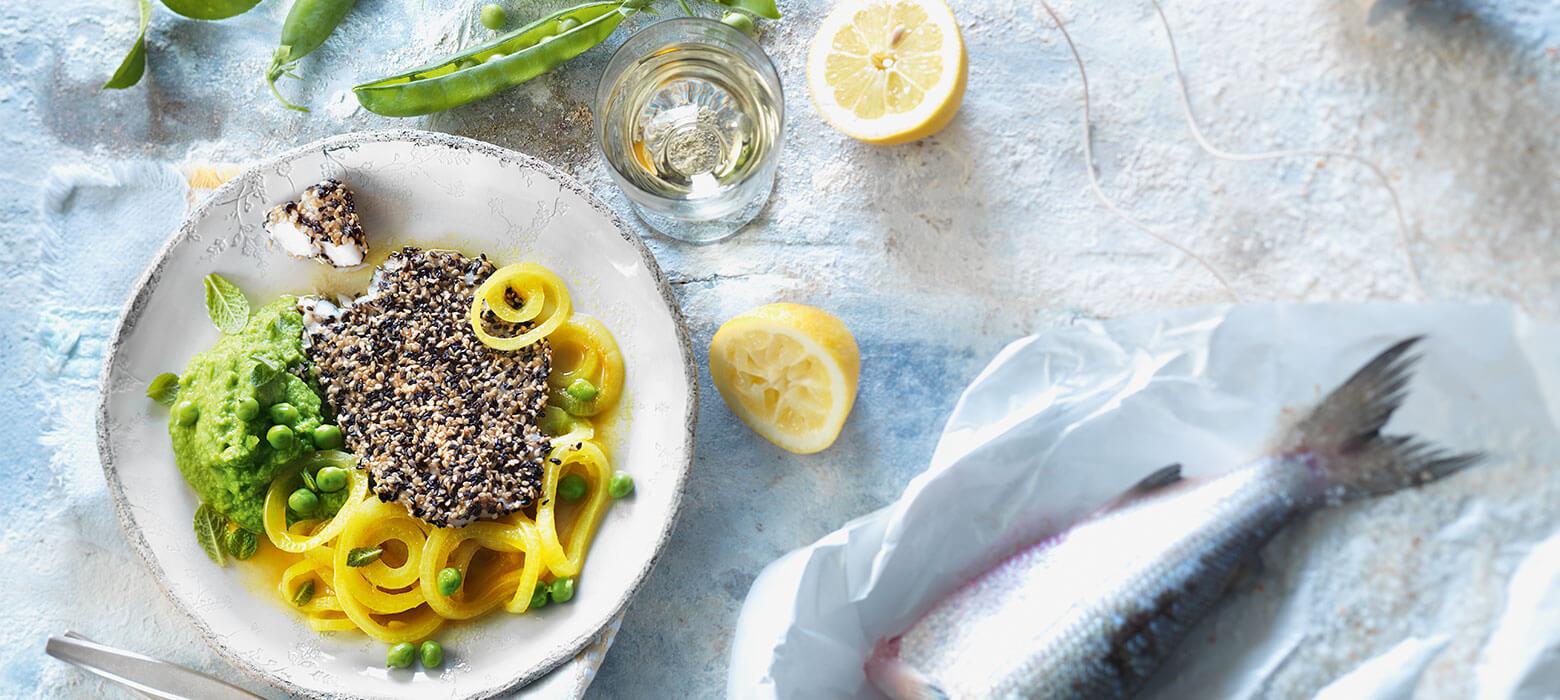 Reinanke in Sesampanier mit Erbsenpüree und Curryzwiebeln