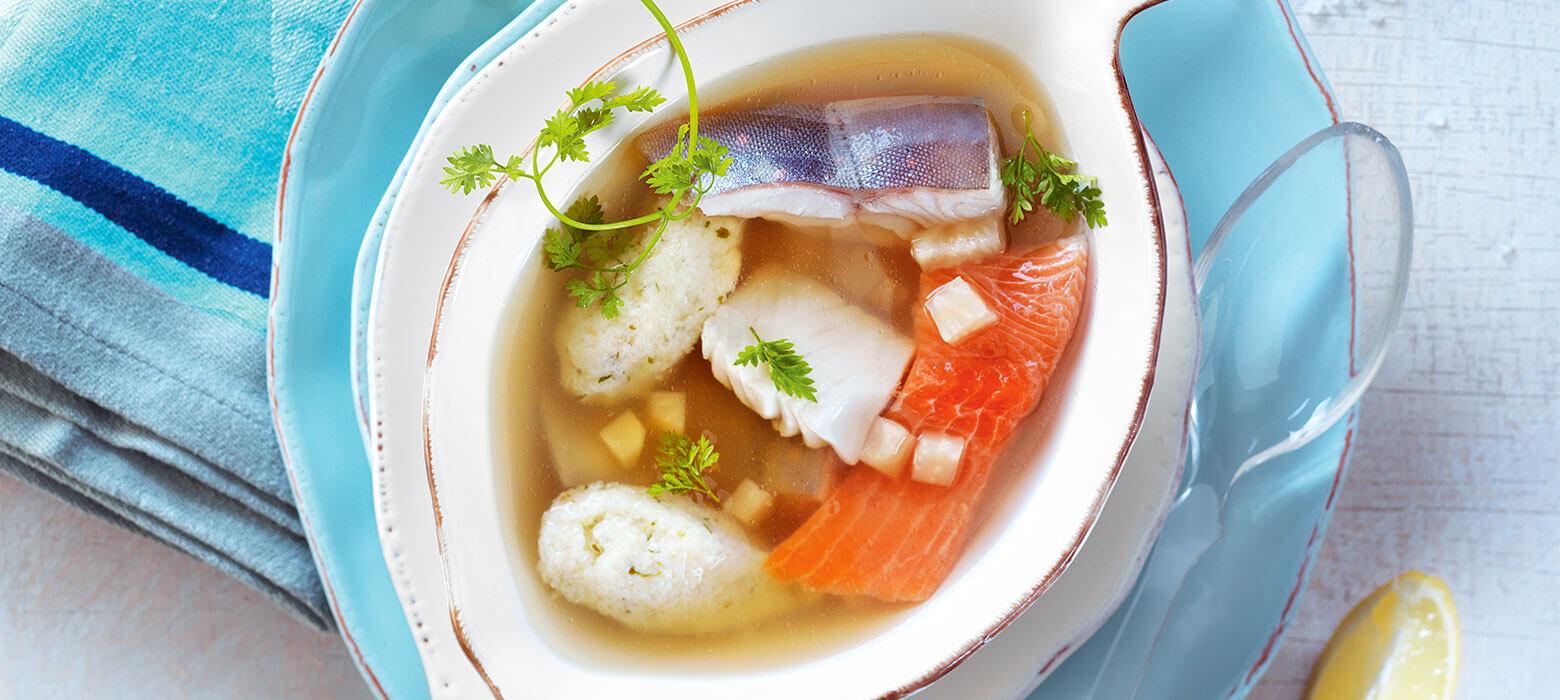 Klare Selleriesuppe mit Süßwasserfischen und Kerbelnockerln