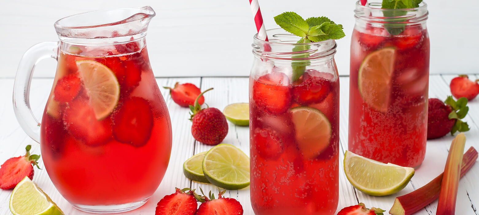 Detoxwasser mit Rhabarber, Birne, Erdbeeren & Minze