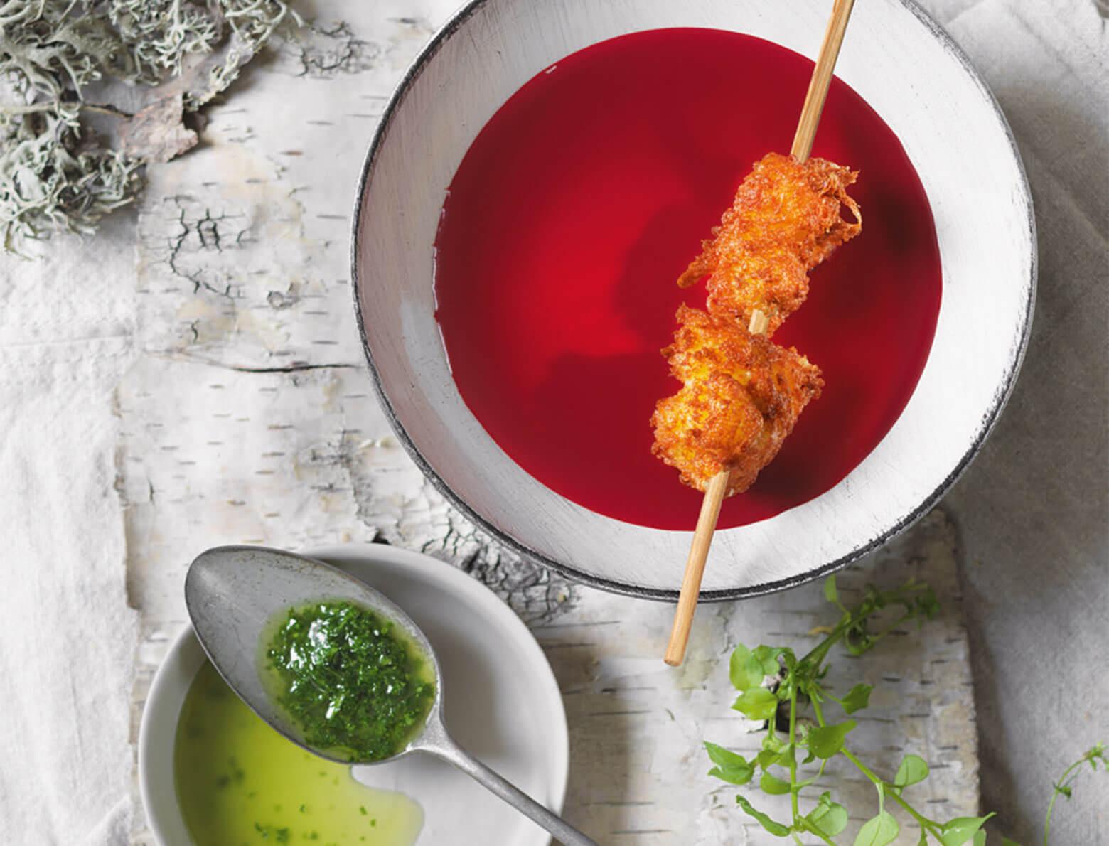 Rote-Rüben-Suppe mit Bergkäsekrapfen und Vogelmiere