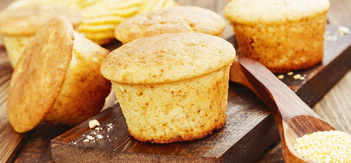 Süße Polenta-Topfen-Muffins auf Beerenfruchtsauce
