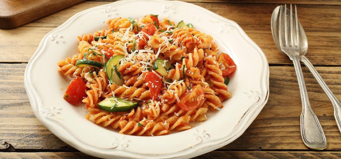 Zucchini-Gemüsenudeln mit Tomaten und Basilikumpesto