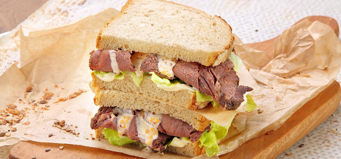 Fleisch-Sandwich mit Chilizwiebeln
