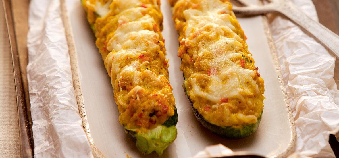 Gefüllte Zucchini mit Hühnercurry und buntem Gemüse