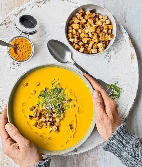 Bohnensuppe mit Kurkuma und Ingwercroutons