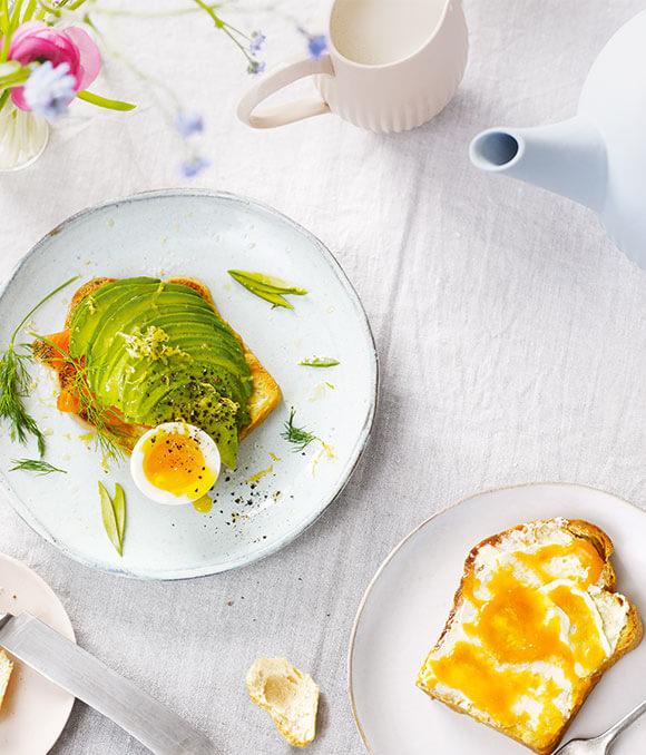 Buttertoast mit Avocado, Räucherlachs &  weichem Ei