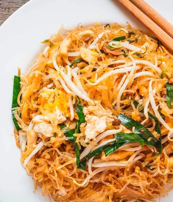 Veganes Pad Thai mit spiralisierten Gurken- Gemüsenudeln und Rettich
