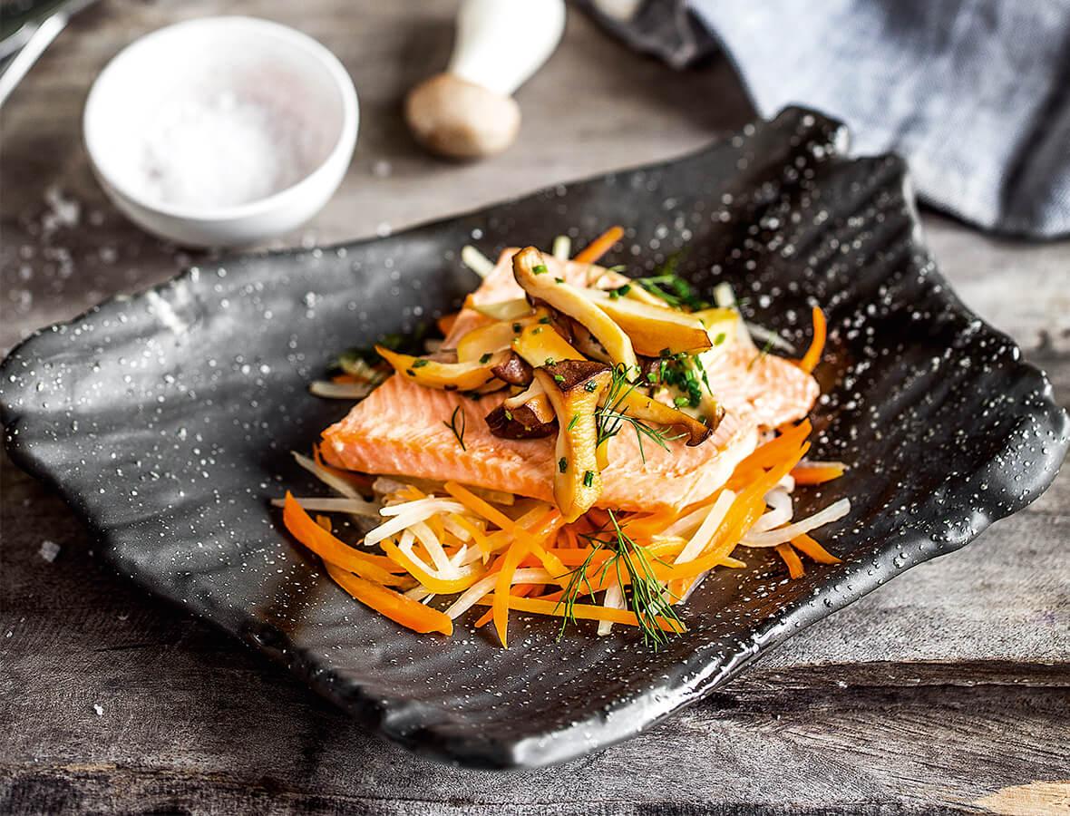 Gedämpfte Lachsforelle mit Kohlrabi-Karotten-Gemüse und gebratenen Kräuterseitlingen