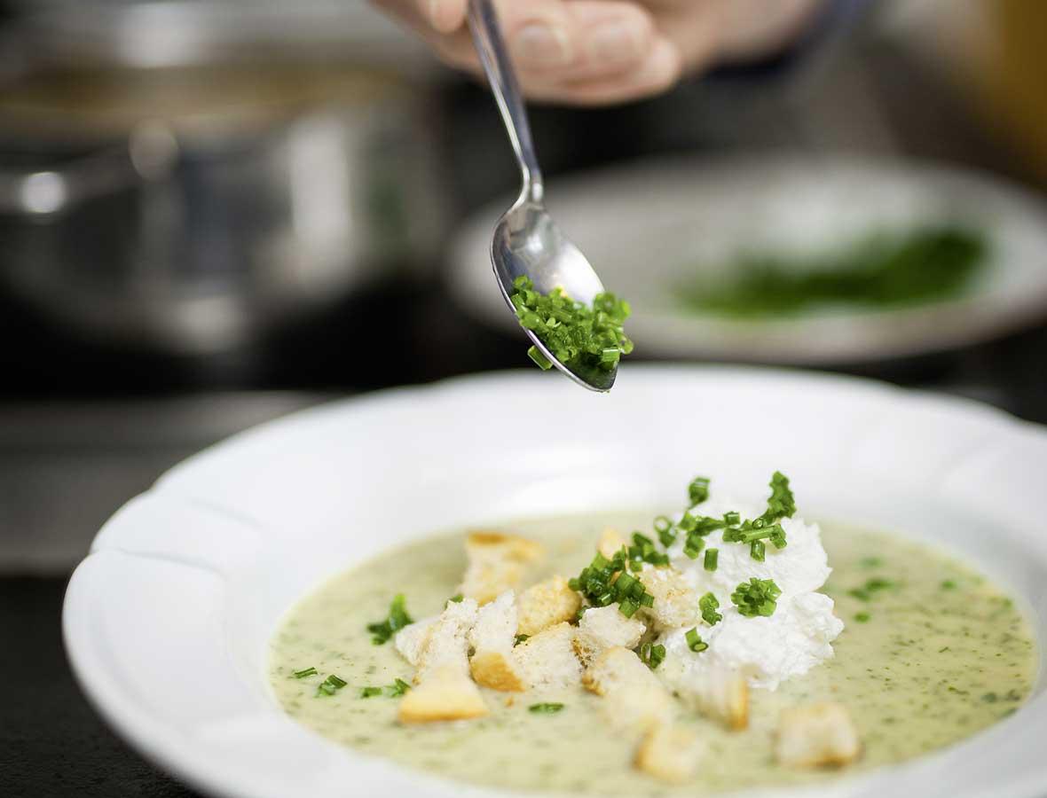 Suppe mit Frühlingskräutern