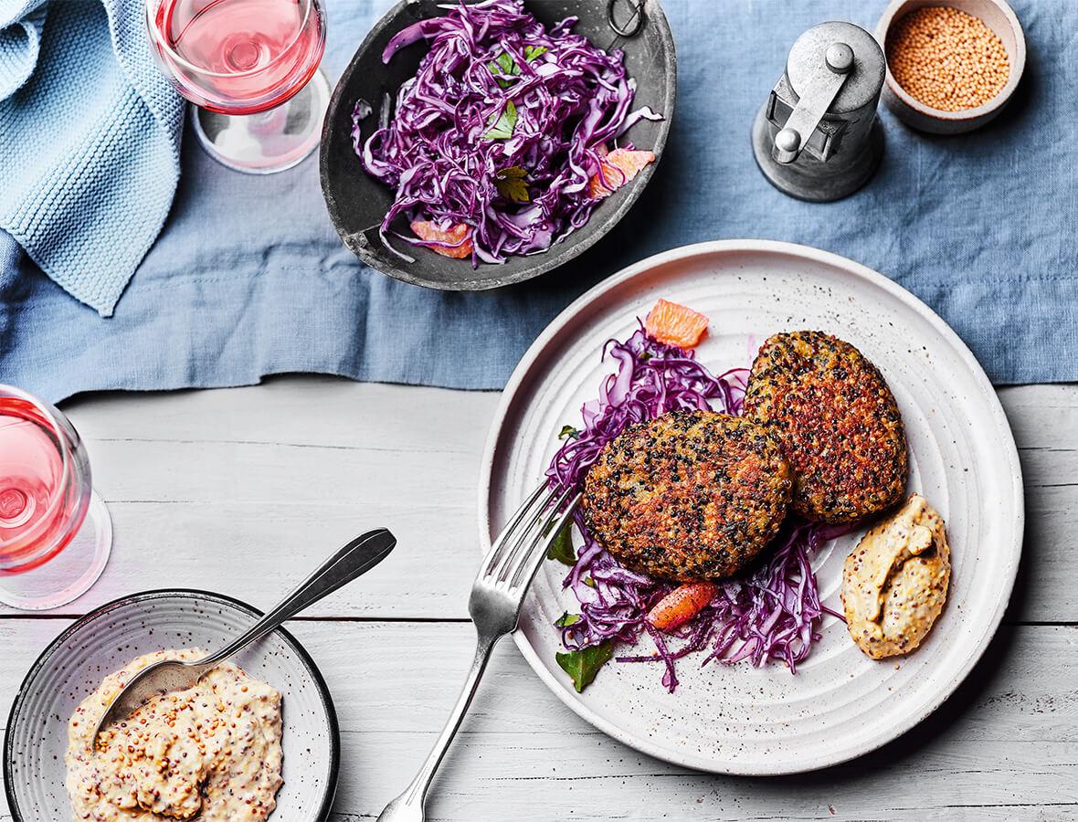 Gemüse Quinoa Laiberl mit Senfdip und Rotkraut Coleslaw
