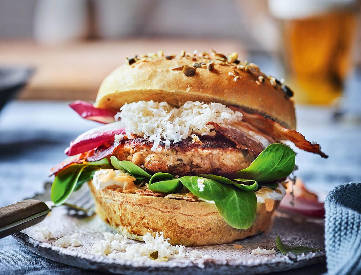 Kalbsbutterschnitzel Burger mit Kren und Röstzwiebeln