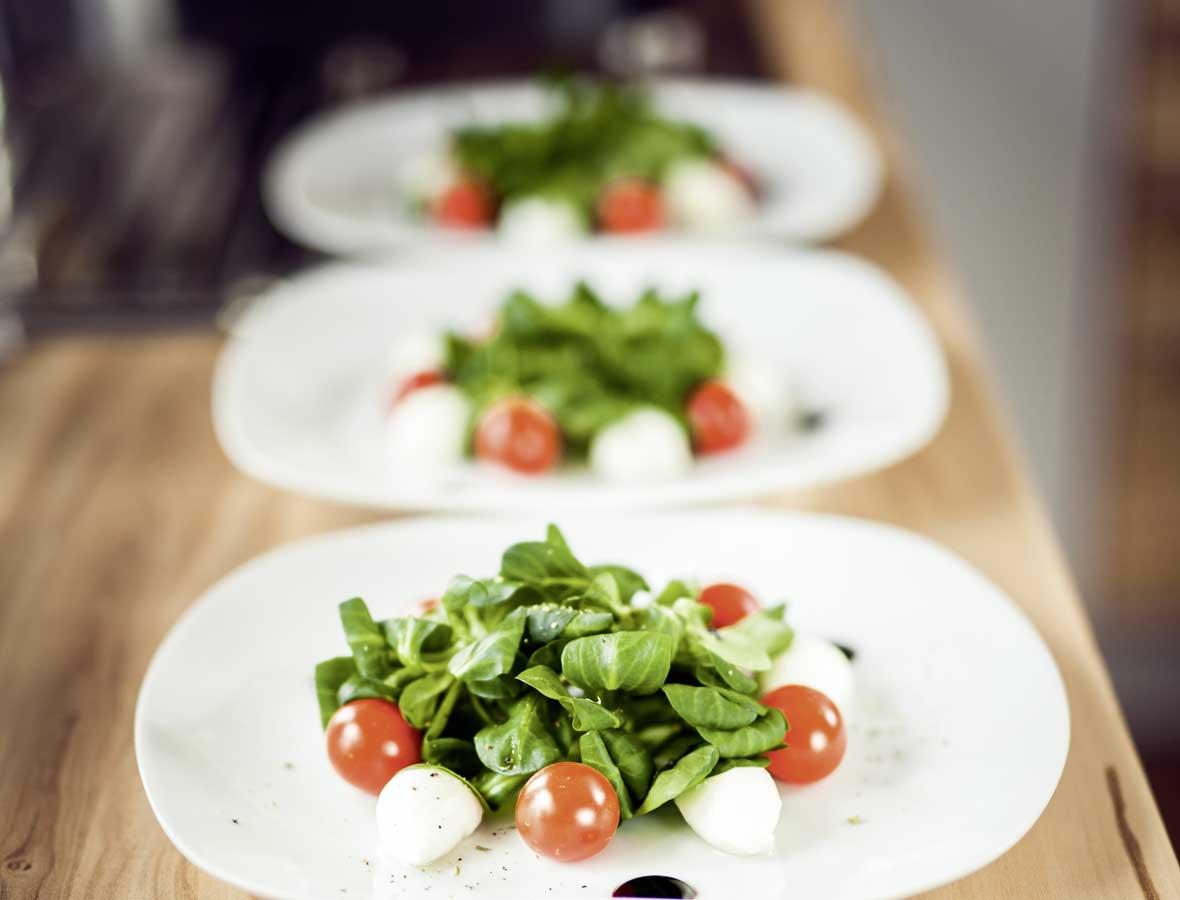 Frischer Vogerlsalat mit Mozzarella