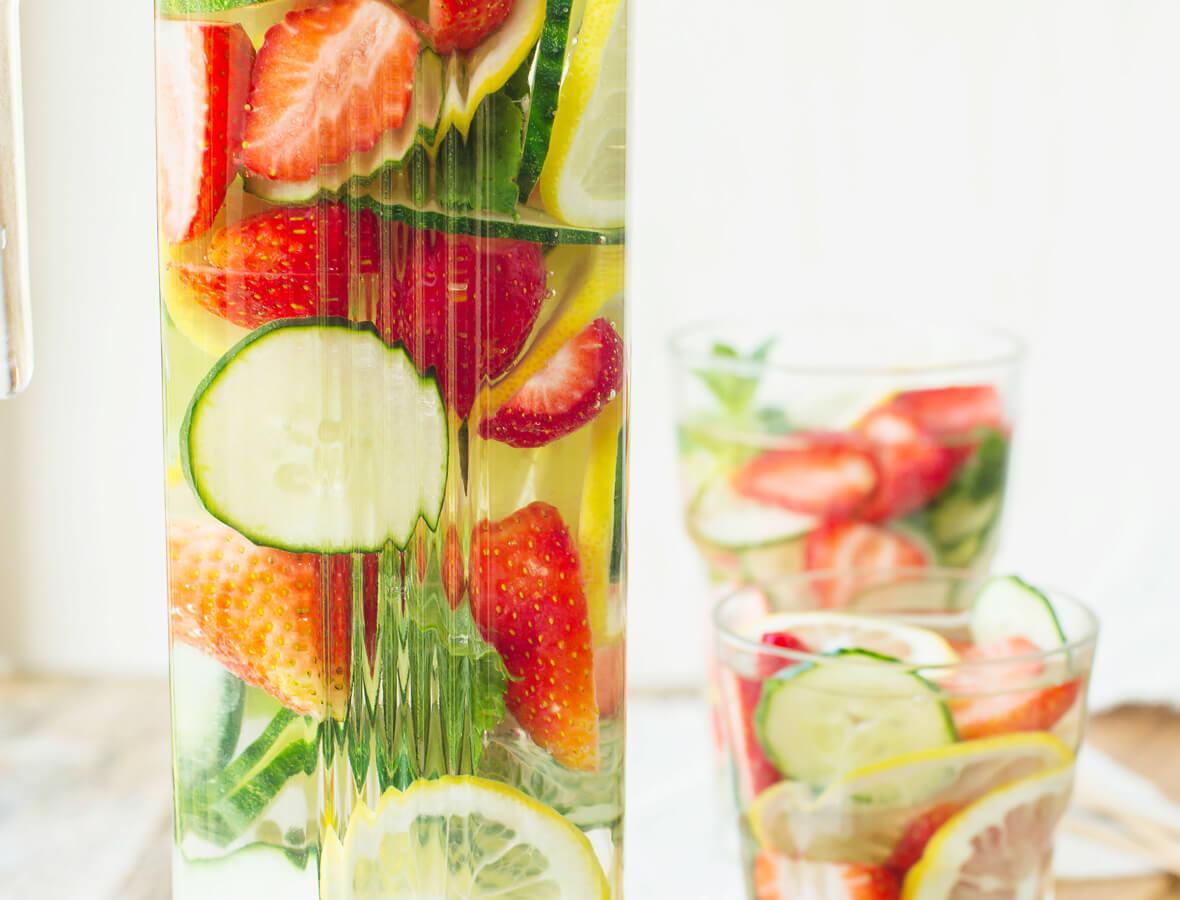 Detoxwasser mit Gurke, Erdbeeren & Himbeeren
